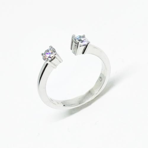 Diamant Ring fotografiert auf weißem Hintergrund
